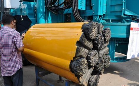 潜孔钻机工作时,推进调压机构使钻具连续推进图片
